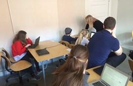 Lærer hjælper under national test på Sølvgades Skole