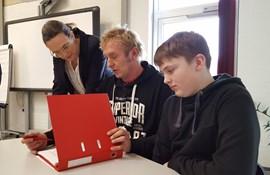 Undervisningsministeren ser, hvordan Bent Clausager øver staveord med sin søn Eskil.
