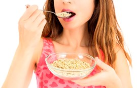 pige/ ung kvinde spiser havregryn