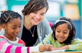 lærer + to mørklødede piger