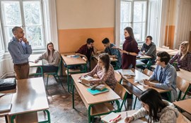 https://www.istockphoto.com/dk/photo/female-high-school-student-talking-to-a-teacher-during-a-lecture-in-the-classroom-gm928230166-254604112