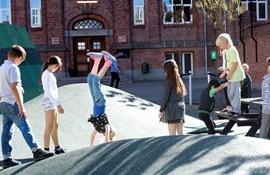 Bevægelse i skolegården - Fjordskolen i Nakskov. OBS: Vi har fået billedet ifb. med en konkret konference, så selvom det er gratis, er det ikke til fri afbenyttelse.