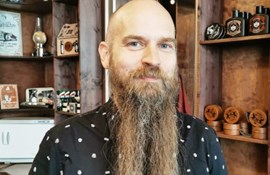 Lærer lod skægget gro i protest mod Lov 409: Nu er han glatbarberet