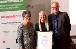 Fra Venstre: Vejleder Birthe Lundgaard fra VIA UC, prisvinder Amalie Overvad Rasmussen og projektleder Thorkild Thejsen.