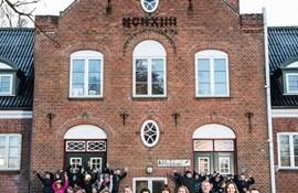 Asferg Skole er fra 1914. Byens skole har 120 elever, ti lærere og fire pædagoger. To af lærerne bor selv i  Asferg.