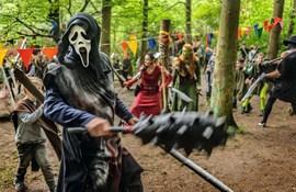 I Varda har nogle deltagere meget markante og imponerende udklædninger som ork, skyggekriger eller elver, andre tager det mere roligt og nøjes med et sværd.