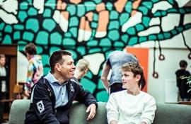 I en hel skoledag havde Nikolaj følgeskab af skoleleder Lance Luscombe, der vil opleve, hvordan det er at være elev på skolen.